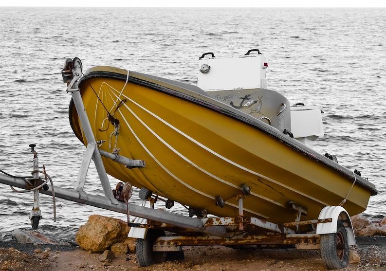 Båttrailer på strand